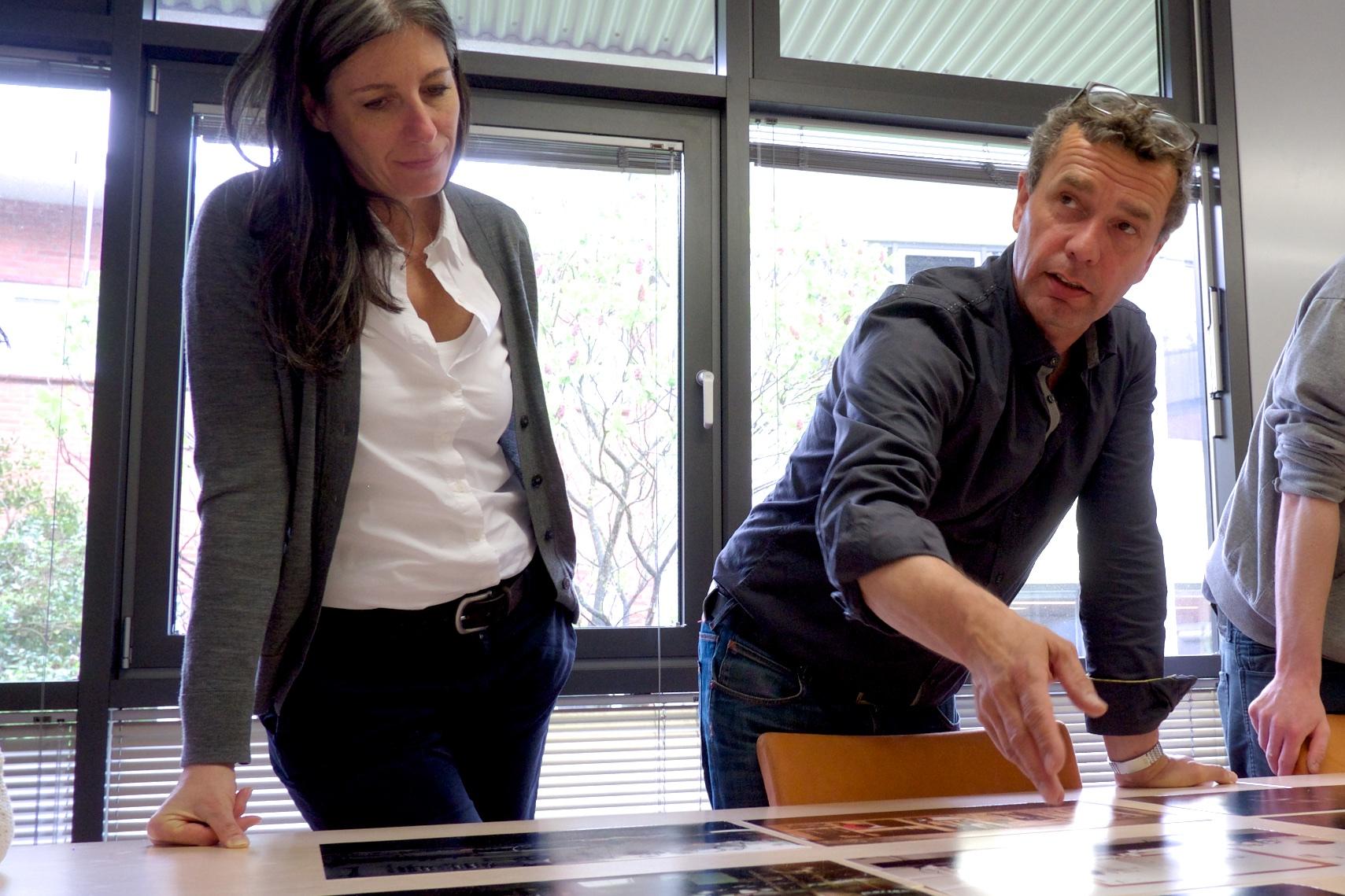 Workshop mit Silke Güldner und Frank Stöckel für das Photo + Medienforum und den Nachwuchsfotografenlehrgang EVA über Portfolio Bildauswahl und Bildbesprechung am Bildertisch
